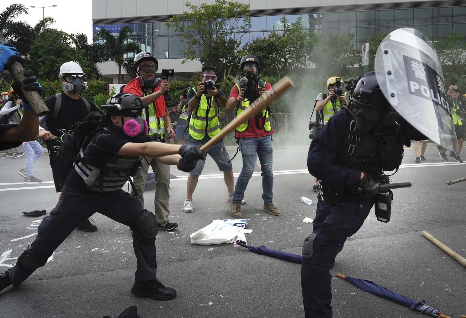 Hong Kong Police And Protesters Clash Ending Violence Lull Los Angeles Times