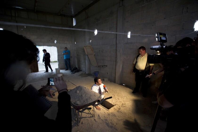 """En esta imagen del martes 14 de julio de 2015, un periodista informa desde la salida del túnel por el que, según las autoridades, escapó el capo de la droga Joaquín """"El Chapo"""" Guzmán de la prisión de máxima seguridad de Altiplano, en Almoloya, al oeste de la ciudad de México."""