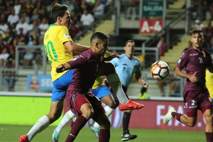 Miguel Navarro (d) de Venezuela en acción contra Igor (i) de Brasil este viernes, durante un partido de fútbol entre Venezuela y Brasil, del Campeonato Sudamericano Sub-20 2019, en el Estadio El Teniente en Rancagua (Chile). EFE