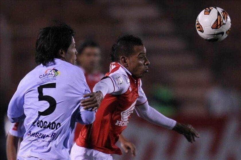 Wilder Medina (d) de Santa Fe disputa el balón con Rolando Bogado (i) de Real Garcilaso el 22 de mayo de 2013, durante el partido por los cuartos de final de la Copa Libertadores, en Cuzco (Perú). EFE