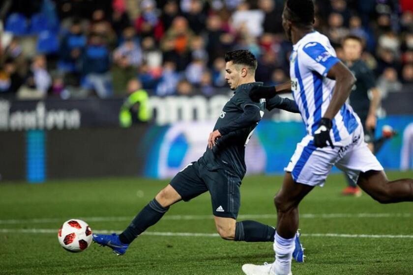 El centrocampista del Real Madrid, Brahim Diaz (i), intenta controlar el balón ante el defensor del Leganés, durante el partido de vuelta de octavos de final de la Copa del Rey que han disputado esta noche en el estadio de Butarque en Leganés. EFE