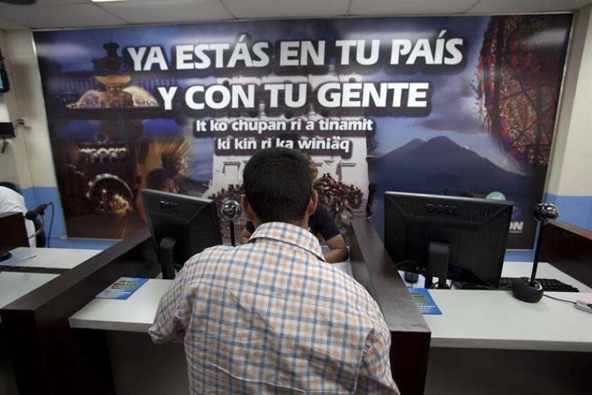 El menor de edad Kenny Elías Mejías, de 16 años, es registrado tras su deportación, el martes 15 de julio de 2014, en la sede de Migración de una base de la Fuerza Aérea, en Ciudad de Guatemala (Guatemala). EFE/Archivo