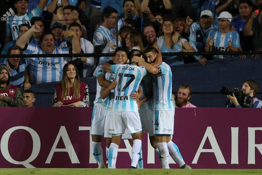 Jugadores de Racing Club celebran su gol ante Corinthians, este miércoles, en un partido entre Racing Club y Corinthians por la Copa Sudamericana en el estadio de Racing Club en Buenos Aires (Argentina). EFE
