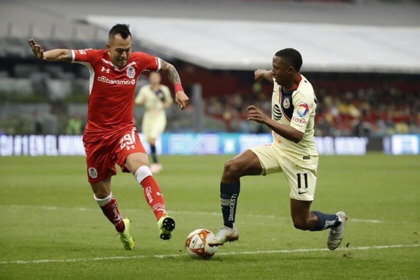 El jugador de América Andrés Ibargüen (d) disputa el balón con Rodrigo Salinas (i) de Toluca. EFE/Archivo