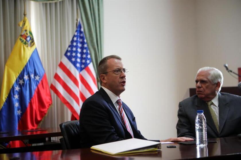 El presidente de la Asamblea Nacional, el diputado Omar Barboza (d), habla con el encargado de Negocios de la Embajada de Estados Unidos en Venezuela, James Story (i), el miércoles 7 de octubre, en Caracas (Venezuela). EFE/Archivo