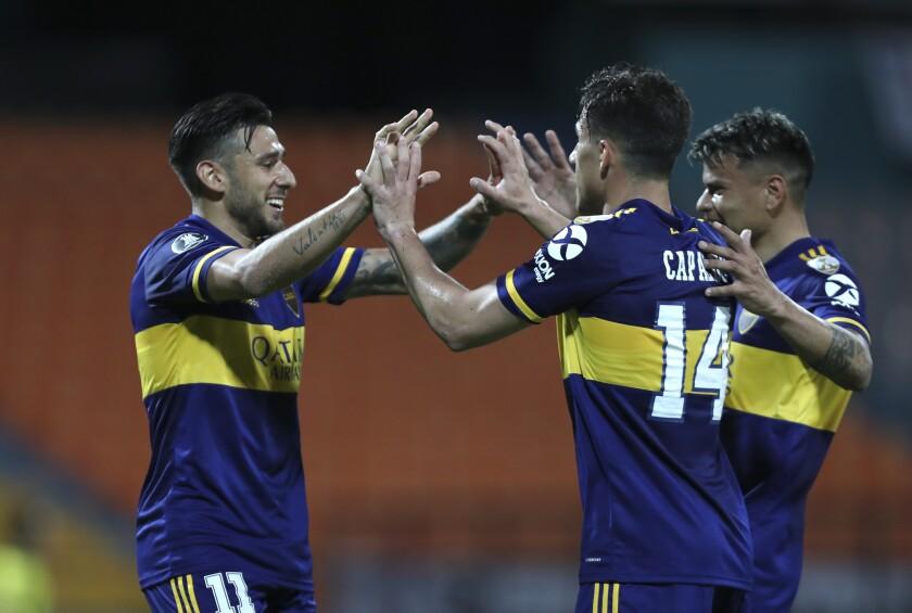Eduardo Salvio (izquierda), de Boca Juniors de Argentina, festeja tras anotar ante Independiente Medellín, el jueves 24 de septiembre de 2020, en la Copa Libertadores (AP Foto/Fernando Vergara)