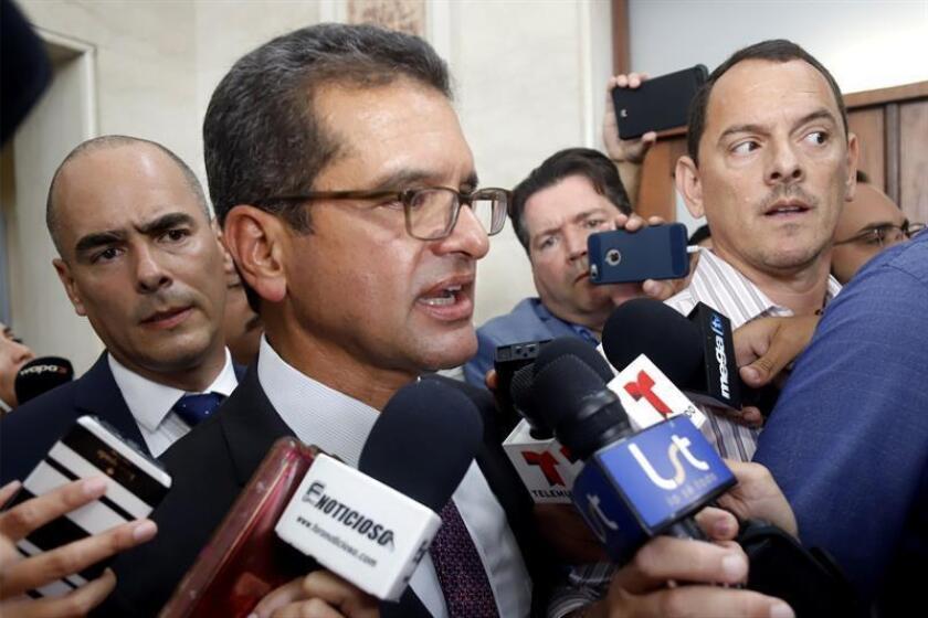 El gobernador de Puerto Rico, Pedro Pierluisi, conversa con los medios este jueves a su salida del Capitolio de San Juan (Puerto Rico). EFE/ Thais Llorca/Archivo