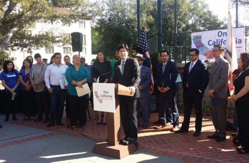 """El programa """"One California"""" destinó 15 millones de dólares en el presupuesto estatal 2015-2016, """"para organizaciones no lucrativas calificadas que ofrecen servicios relacionados con los inmigrantes"""". En la foto aparece el presidente del Senado de California Kevin de León dirigiéndose a la gente."""