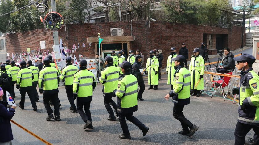 Police tighten security and gather around the home of former President Park Geun-hye in Seoul on March 27.