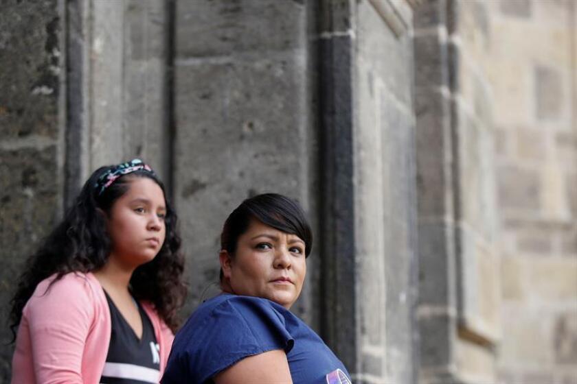 Diana Cristina Briseño Medellín (d) y su hija Andrea Lizbeth Montes Briseño (i) posan en entrevista con Efe hoy, viernes 2 de noviembre de 2018, en la ciudad de Guadalajara, Jalisco (México). EFE