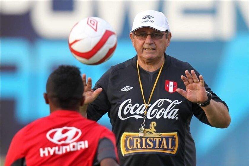 Imagen de archivo del director técnico de la selección de fútbol de Perú, Sergio Markarian (d). EFE/Archivo