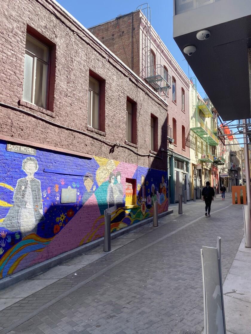 Cynthia Fook chọn một con hẻm đông đúc ở Khu phố Tàu ở San Francisco và vẽ một bức tranh tường