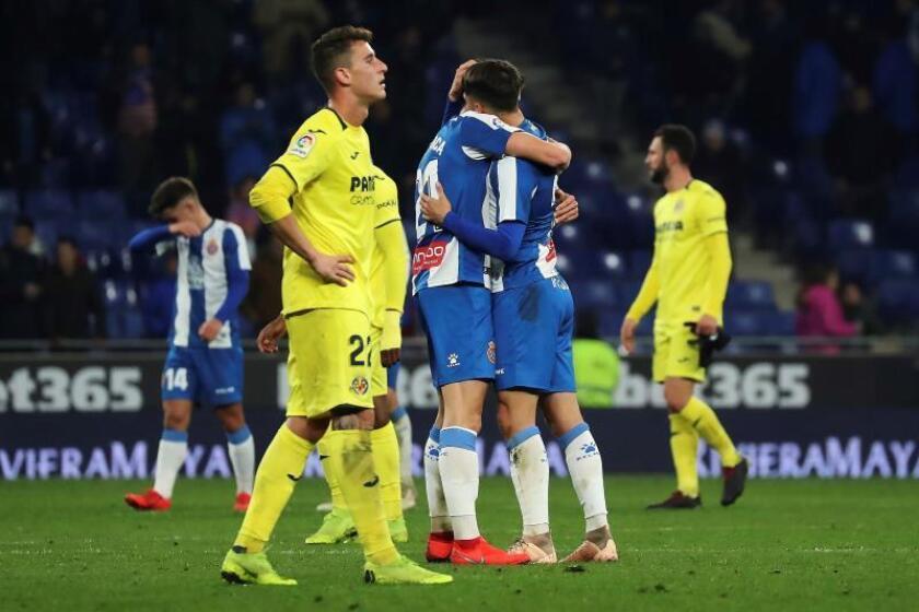 """Los jugadores del RCD Espanyol, celebran el pase del equipo """"perico"""" a los cuartos de final de la Copa del Rey, a la finalización del encuentro que han disputado esta noche frente al Villarreal en el RCDE Stadium, en Cornella. EFE"""