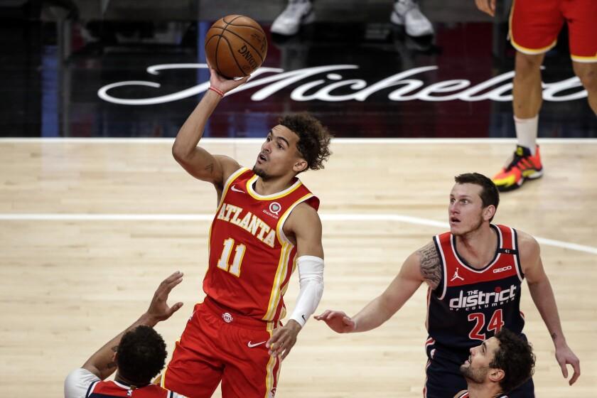 El base de los Hawks de Atlanta Trae Young lanza el balón