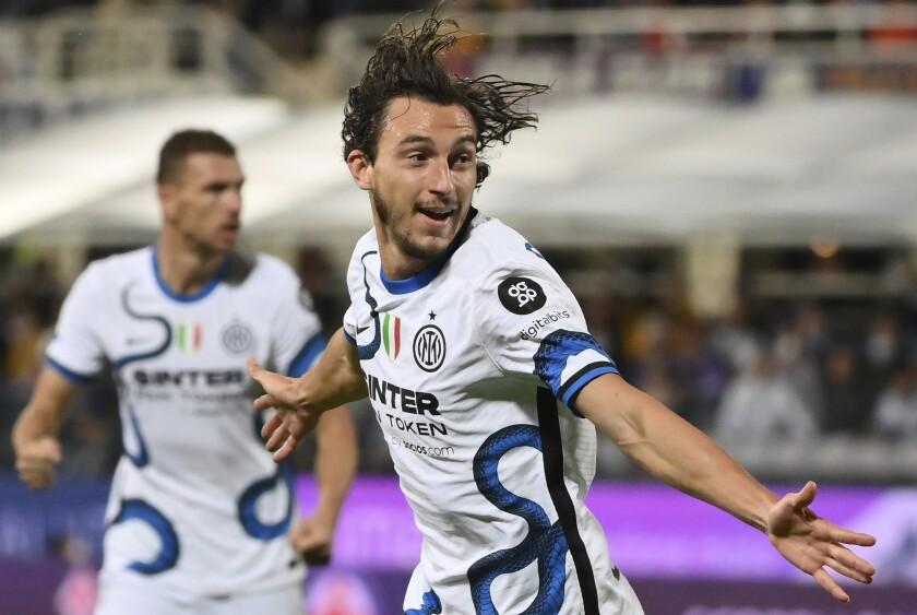 Matteo Darmian, del Inter, festeja tras anotar en el cotejo ante la Fiorentina, el martes 21 de septiembre de 2021, en la Serie A italiana (Alfredo Falcone/LaPresse via AP)