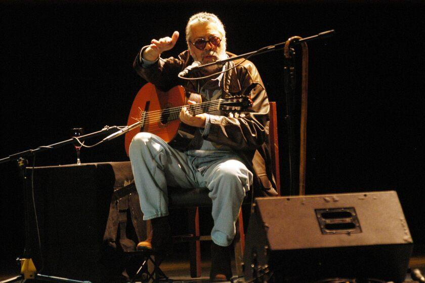 Facundo Cabral, durante el concierto que ofreció en la Casa de la Cultura Ecuatoriana, en Quito (Ecuador). EFE/CECILIA PUEBLA