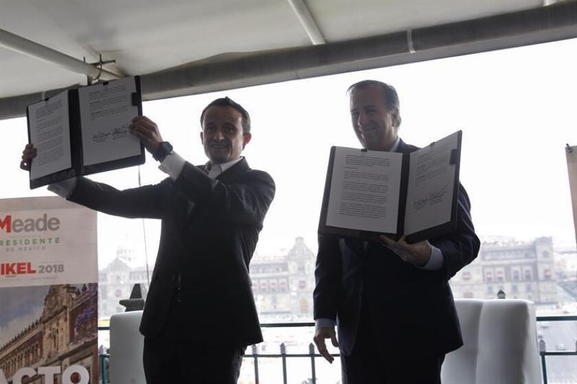 El candidato a la presidencia de México por el Partido Revolucionario Institucional (PRI), José Antonio Meade (d) y el aspirante a la Jefatura de Gobierno capitalino, Mikel Arriola (i), participan en acto en el que firmaron el llamado Pacto para la Ciudad. EFE/Archivo