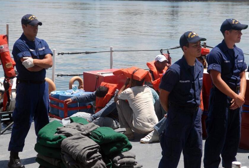 La Guardia Costera localizó a los dos náufragos, quienes fueron transportados a Saint Thomas para ser reconocidos por personal del Servicio de Emergencias Médicas. EFE/Archivo