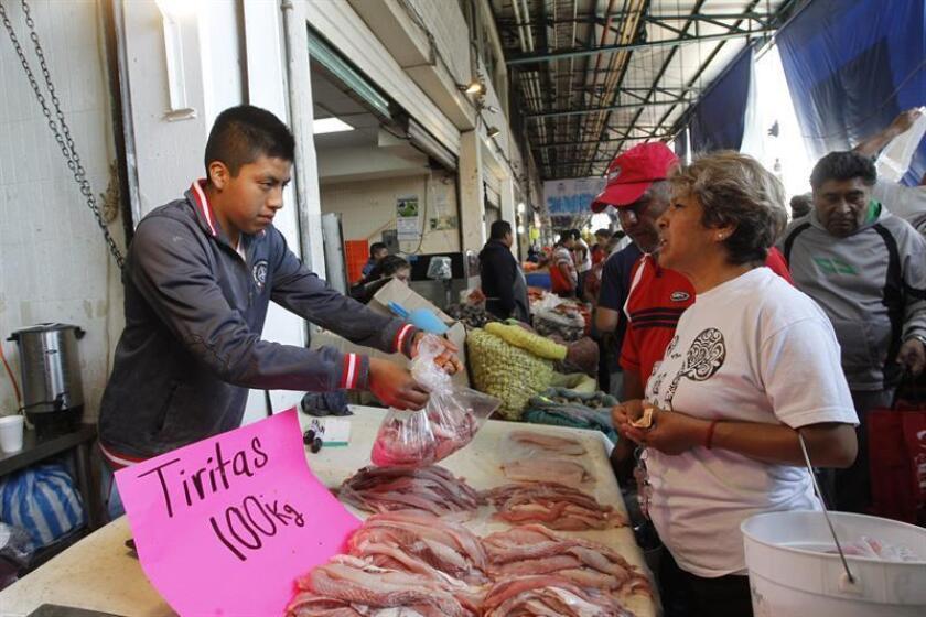 Personas compran pescados y mariscos este jueves 29 de marzo de 2018, en el mercado de la Nueva Viga, en Ciudad de México (México). En esta época de Cuaresma el consumo de pescado se incrementa entre los mexicanos; sin embargo, no son grandes consumidores por desconocimiento de la variedad de especies y costos disponibles. EFE