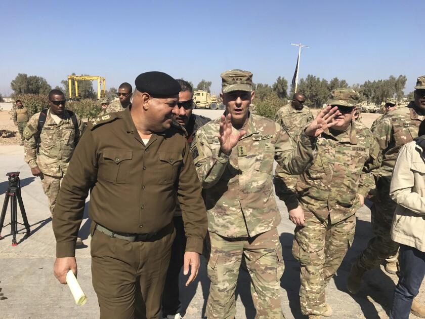 El teniente general estadounidense Stephen Townsend conversa con un oficial iraquí durante un recorrido por el norte de Bagdad el 8 de febrero del 2019. Townsend, hoy generla, dice que China trata de tener presencia militar en la costa atlántica de África. (AP Photo/ Ali Abdul Hassan, File)