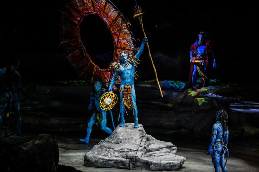 """En el centro, Christian Sánchez como el jefe del Clan Omatikaya en una escena del nuevo montaje de Cirque du Soleil """"Toruk""""."""