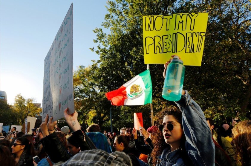 En el centro de Los Ángeles, alrededor de 185 manifestantes estaban bajo custodia este viernes después de otra ronda de protestas, según el Departamento de Policía de Los Ángeles.