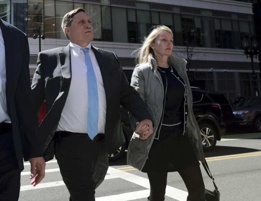 El inversionista John Wilson arriba a un tribunal federal en Boston con su esposa Leslie