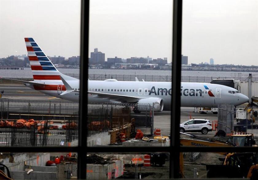 El Boeing 737 Max 8 de American Airlines (número de cola N342RX) permanece estacionado en una puerta del aeropuerto LaGuardia en Nueva York, Nueva York, EEUU. EFE/Archivo