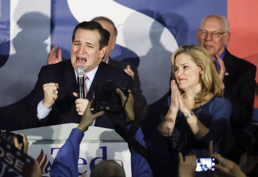 El aspirante a la nominación republicana a la presidencia de Estados Unidos, el senador por Texas Ted Cruz, interviene durante un acto de campaña en la noche de los caucus de Iowa, junto a su esposa Heidi, el 1 de febrero de 2016, en Des Moines, Iowa. (Foto AP/Chris Carlson)