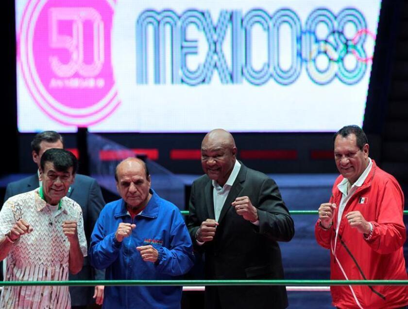 Los ex boxeadores mexicanos Agustín Zaragoza (i), Antonio Roldán (2i), y Joaquín Rocha (d), posan con el estadounidense George Foreman tras una rueda de prensa, en Ciudad de México (México). EFE