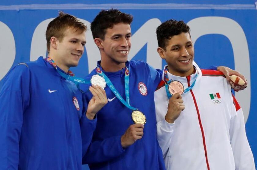 William Lincon (c) de Estados Unidos, medalla de oro, posan junto a Nicolas Fink (i) de Estados Unidos, plata, y Miguel de Lara de México, bronce, este jueves en 200m pecho en la natación en los Juegos Panamericanos 2019, en Lima (Perú). EFE/Paolo Aguilar