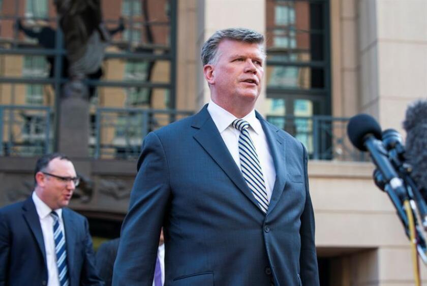 Kevin Downing (c), abogado que representa al expresidente de la campaña de Trump Paul Manafort, abandona el Tribunal de Distrito de los Estados Unidos , después del primer día de deliberación del jurado en el juicio de Manafort, en Alejandría, Virginia (EE.UU.). EFE/Archivo