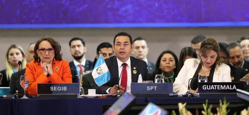 La secretaria general iberoamericana, Rebeca Grynspan (i), el presidente de Guatemala, Jimmy Morales (c), y la ministra de Exteriores de Guatemala, Sandra Jovel (d), encabezan la sesión plenaria de jefes de estado en la XXVI Cumbre Iberoamericana, hoy, en Antigua, Guatemala. EFE