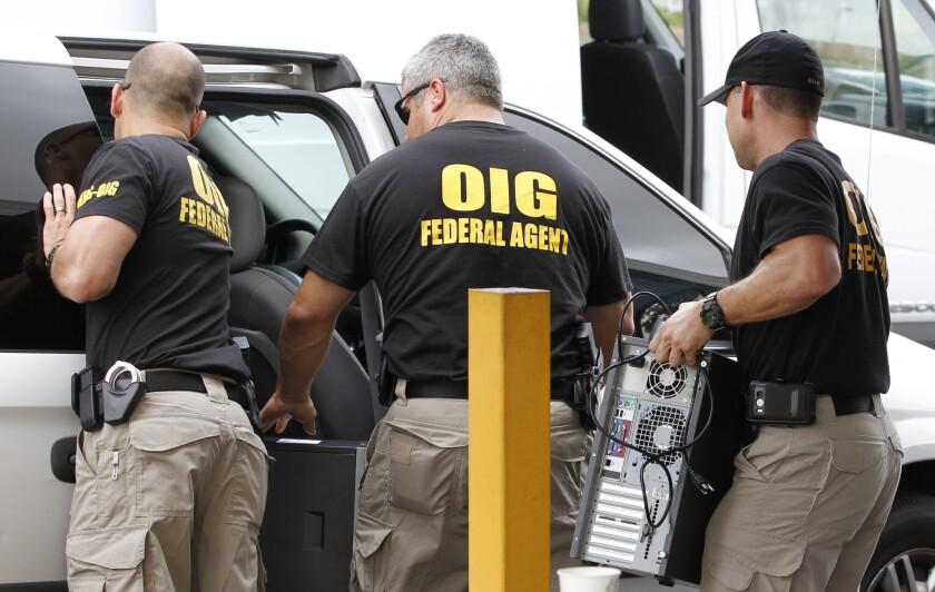 """En esta imagen de archivo del 2 de mayo de 2012, agentes federales de la oficina del Inspector General cargan computadoras confiscadas de Willsand Home Health Agency, Inc. en una furgoneta en Miami. En la última década, el sur de Florida se ve menos marcado por los tiroteos de narcotraficantes """"a la vieja usanza"""" que por los estafadores que roban cientos de millones de dólares del gobierno, bancos y particulares."""