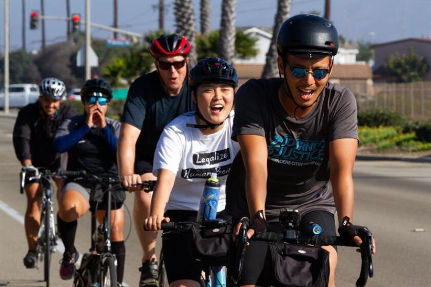 """Miembros del grupo de ciclistas """"Dream Riders"""" pedalean por las vías de Ventura hoy, viernes 31 de agosto de 2018, en Los Ángeles (EE.UU.). EFE"""
