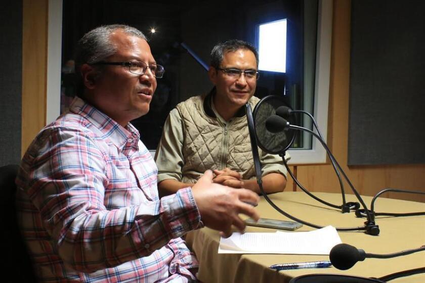 Fotografía cedida hoy, por la Universidad Autónoma Metropolitana (UAM), de los doctores Eduardo Jardón (i) y Derik Castillo (d), durante una conversación en Ciudad de México (México). EFE/UAM/SOLO USO EDITORIAL