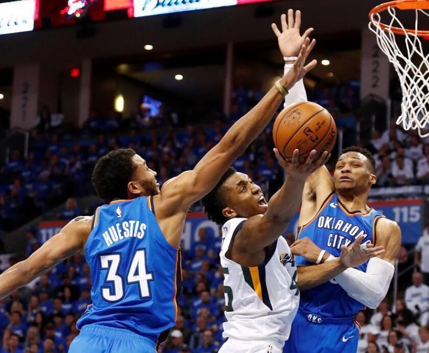 Donovan Mitchell (c) de Utah Jazz en acción ante Russell Westbrook (d) y Josh Huestis (i), durante el partido por la primera ronda de la Conferencia Oeste de la NBA que enfrenta al Oklahoma City Thunder con Utah Jazz, en la arena Chesapeake Energy de la ciudad de Oklahoma (EE.UU.). EFE