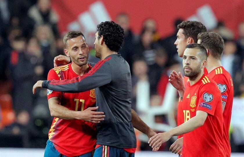 Los jugadores de la selección española celebran su victoria a la finalización del encuentro de clasificación para la Eurocopa 2020 que han disputado frente a Noruega en el estadio de Mestalla, en Valencia. EFE