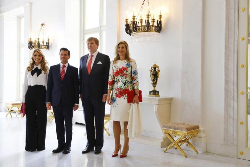 El rey Guillermo Alejandro de Holanda (2d), y la reina Máxima (d), reciben al presidente mexicano, Enrique Peña Nieto (2i), y a la primera dama de México, Angélica Rivera de Pena (i), antes de una ceremonia en su honor en el Palacio Noordeinde en La Haya (Holanda). EFE