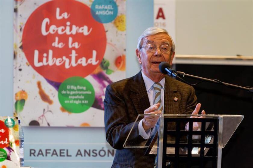 """El presidente de la Academia Iberoamericana de Gastronomía, Rafael Ansón Oliart, presenta su libro """"Cocina de la libertad"""", en el marco de la Feria Iberoamericana de la Gastronomía (FIBEGA), que abre hoy sus puertas en Mérida, el 20 de noviembre de 2016. EFE/Archivo"""