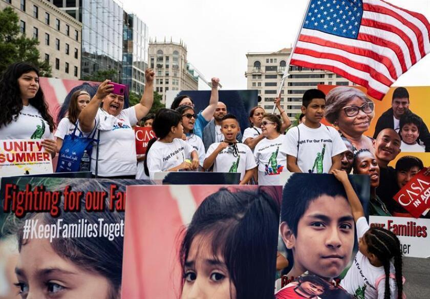 Varias personas participan en una manifestación contra la separación de familias inmigrantes en Washington D.C (Estados Unidos) hoy, 27 de junio del 2018. La Justicia ordenó hoy al Gobierno de Donald Trump que reunifique, en un plazo de 30 días, a los centenares de menores separados de sus padres en la frontera con México. EFE