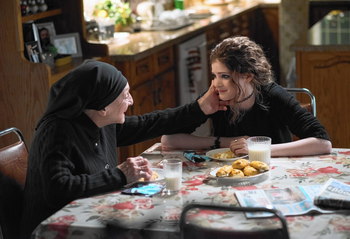 Review My Big Fat Greek Wedding 2 Squeezes You In A Warm Familiar Embrace Los Angeles Times