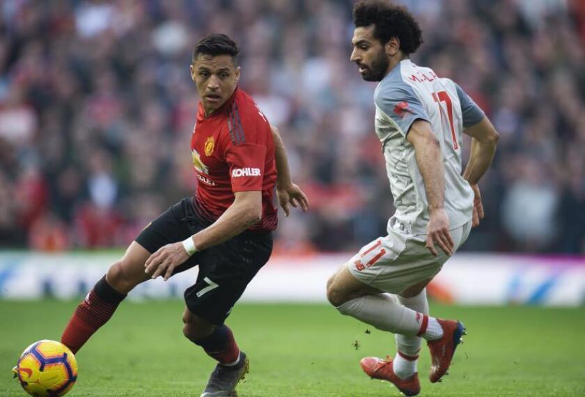 El jugador del Manchester Alexis Sanchez (i) durante un partido de la Premier League inglesa. EFE/Archivo