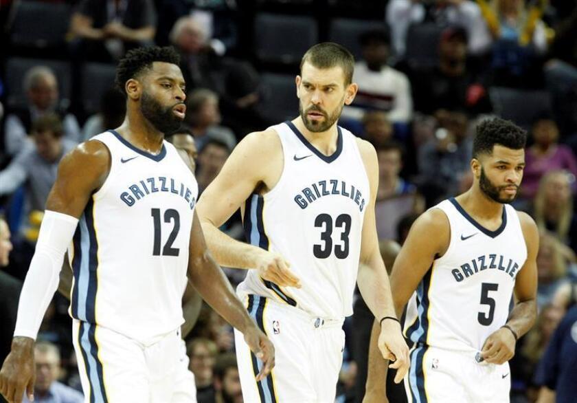 Marc Gasol (c), Tyreke Evans (i) y Andrew Harrison (d) de Memphis Grizzlies. EFE/Archivo