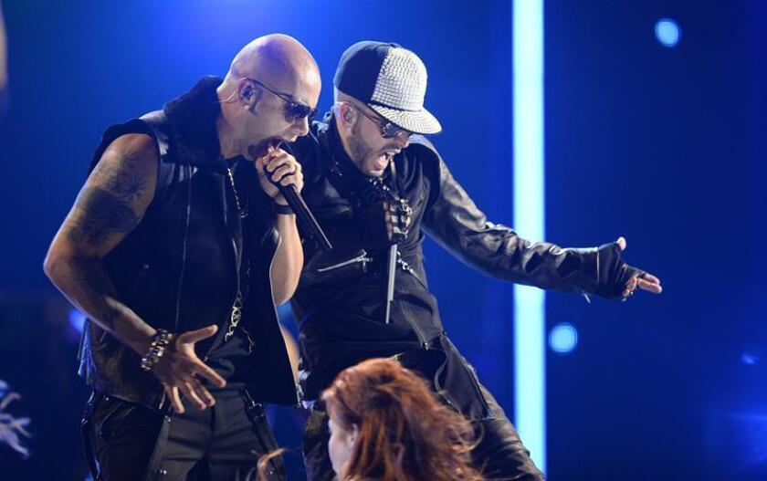 Los puertorriqueños Wisin (i) y Yandel (d) anunciaron hoy que se reunirán este año para realizar una gira mundial y presentar varias producciones musicales después de que decidieran iniciar carreras en solitario en 2013. EFE/Archivo