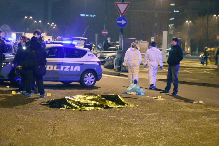 Agentes de policía investigan en el lugar del enfrentamiento con Anis Amri, supuesto terrorista que atacó con un camión un mercado de Alemania y que murió tras enfrentarse con agentes italianos en Milán.