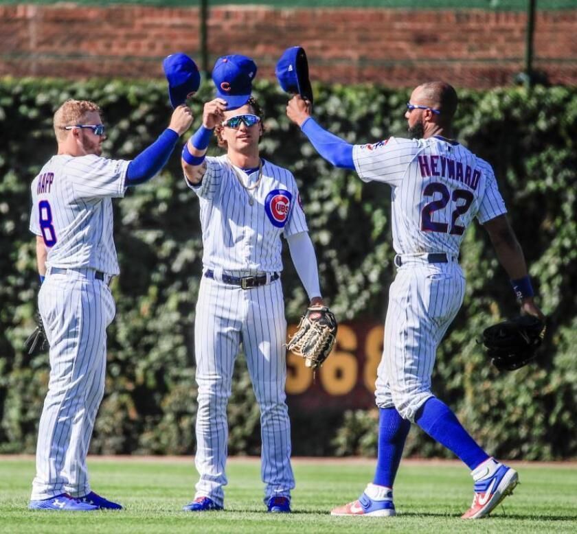 Chicago Cubs left fielder Ian Happ (L) Chicago Cubs center fielder Albert Almora Jr. (C) and Chicago Cubs right fielder Jason Heyward (R) tap caps as they celebrate after the final out in the ninth inning of the MLB game between the Milwaukee Brewers and the Chicago Cubs at Wrigley Field in Chicago, Illinois, USA, 02 August 2019. The Cubs defeated the Brewers. (Estados Unidos) EFE/TANNEN MAURY