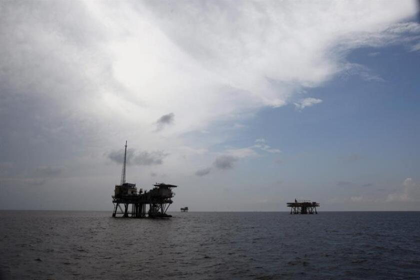 Desde finales de la década de 1970 las empresas petroleras llevan soñando con la exploración petrolera en las costas del Ártico en el noreste de Alaska, una puerta que la llegada del presidente Donald Trump a la Casa Blanca ha abierto ante la indignación de activistas medioambientales e indígenas. EFE / ARCHIVO
