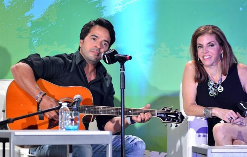 El cantante y compositor puertorriqueño Luis Fonsi, junto a Leila Cobo, Directora Ejecutiva de Contenido Latino y Programación de Billboard. EFE/Archivo