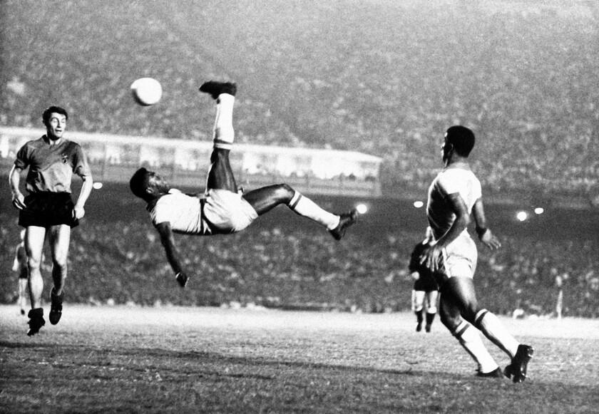 En esta foto de 1968, Pelé remata de chilena en un partido amistoso